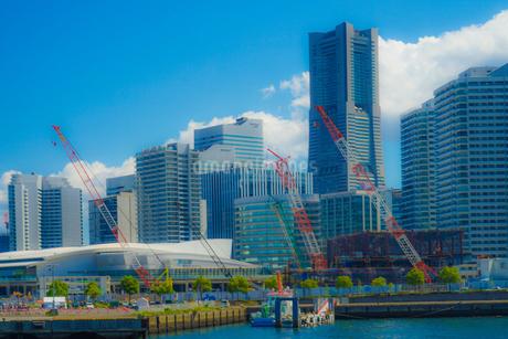 横浜のマンション・オフィス郡と夏空の写真素材 [FYI02979335]