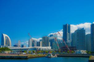 横浜のマンション・オフィス郡と夏空の写真素材 [FYI02979340]