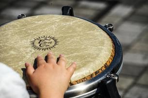 太鼓(ボンゴ)のイメージの写真素材 [FYI02979351]