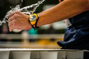 マラソンの給水所の写真素材 [FYI02979396]