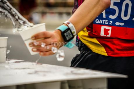 マラソンの給水所の写真素材 [FYI02979398]