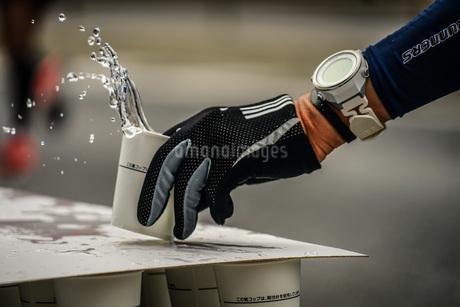 マラソンの給水所の写真素材 [FYI02979399]