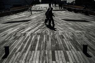 大さん橋のウッドデッキと人々のシルエットの写真素材 [FYI02979414]