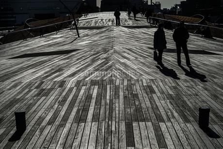 大さん橋のウッドデッキと人々のシルエットの写真素材 [FYI02979415]