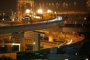 港の見える丘公園から見える工業地帯と高速道路の写真素材 [FYI02979475]