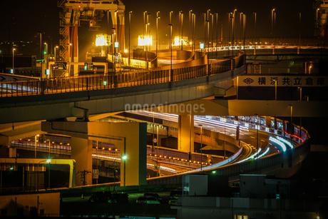 港の見える丘公園から見える工業地帯と高速道路の写真素材 [FYI02979476]