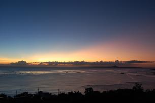 夕暮れの空の色がオレンジと青に分かれているの写真素材 [FYI02979521]