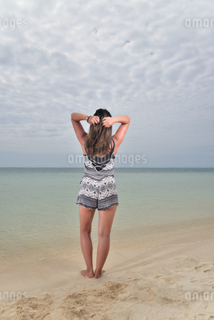 宮古島/ビーチでポートレート撮影の写真素材 [FYI02979538]