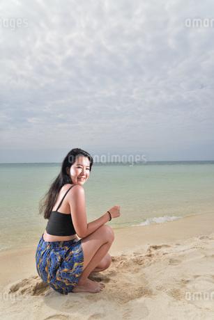 宮古島/ビーチでポートレート撮影の写真素材 [FYI02979557]