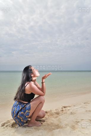宮古島/ビーチでポートレート撮影の写真素材 [FYI02979559]