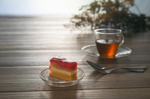 紅茶・ドライフラワー・リンゴのケーキの写真素材 [FYI02979561]