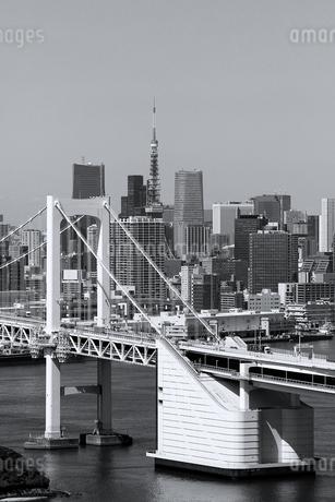 レインボーブリッジと東京タワーが見える町並みの写真素材 [FYI02979599]