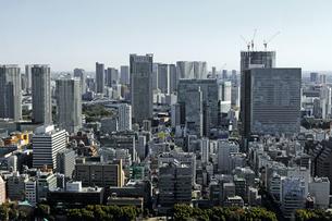 東京ウォーターフロントのタワーマンションがある住宅街の風景の写真素材 [FYI02979600]