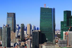 高層ビルが立ち並ぶ東京の町並みの写真素材 [FYI02979622]