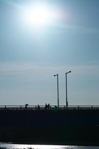 橋上を帰宅する人々の写真素材 [FYI02979727]