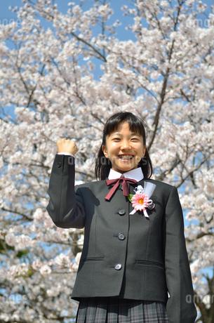 ガッツポーズをきめる中学生の女の子(入学、桜)の写真素材 [FYI02979861]