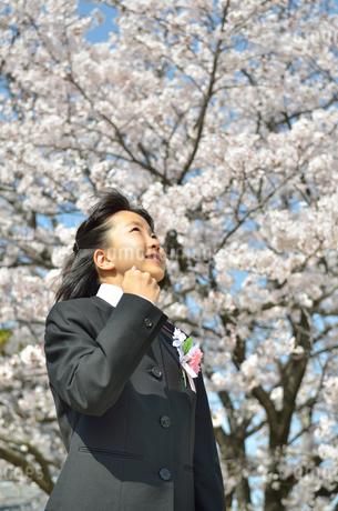 ガッツポーズをきめる中学生の女の子(入学、桜)の写真素材 [FYI02979863]
