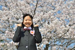 ガッツポーズをきめる中学生の女の子(入学、桜)の写真素材 [FYI02979864]