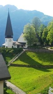 スイス ヴェンゲン 山と教会 2の写真素材 [FYI02979902]