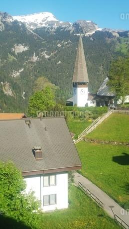 スイス ヴェンゲン 山と教会 4の写真素材 [FYI02979904]