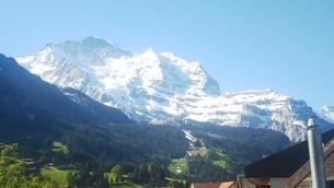 スイス ヴェンゲン 屋根裏部屋からの風景 3の写真素材 [FYI02979906]
