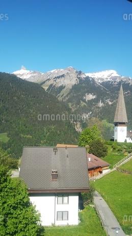 スイス ヴェンゲン 山と教会 6の写真素材 [FYI02979909]