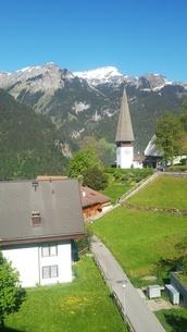 スイス ヴェンゲン 山と教会 7の写真素材 [FYI02979910]