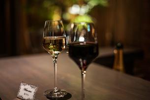 赤ワインと白ワインの写真素材 [FYI02980438]