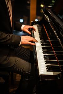 ピアノを弾く人の写真素材 [FYI02980443]