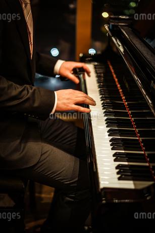ピアノを弾く人の写真素材 [FYI02980444]
