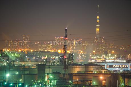 川崎マリエンから見える京浜工業地帯と東京スカイツリーの写真素材 [FYI02980489]