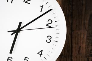 シンプルな壁掛け時計のイメージの写真素材 [FYI02980607]