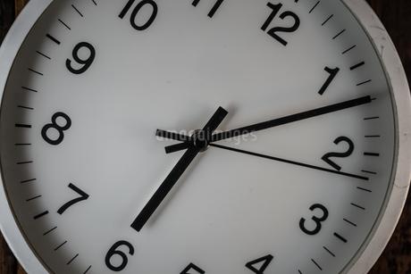 シンプルな壁掛け時計のイメージの写真素材 [FYI02980608]