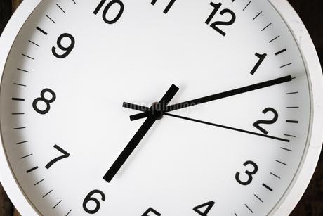 シンプルな壁掛け時計のイメージの写真素材 [FYI02980609]