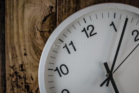 シンプルな壁掛け時計のイメージの写真素材 [FYI02980610]