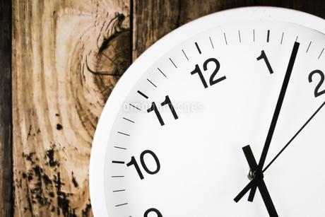 シンプルな壁掛け時計のイメージの写真素材 [FYI02980611]