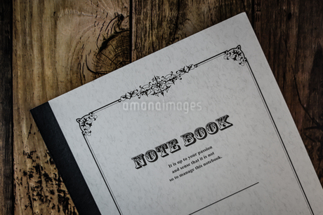 木製のテーブルに置かれたノートの写真素材 [FYI02980613]