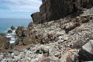 南国沖縄の切り立った断崖の岩場の写真素材 [FYI02980620]