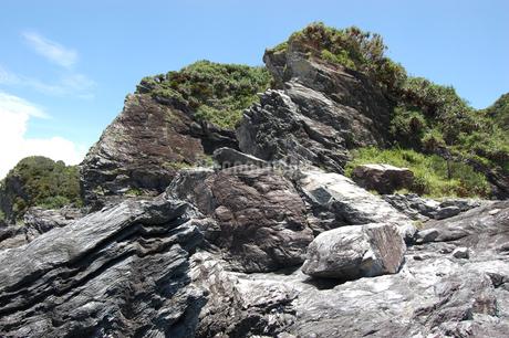南国沖縄の切り立った断崖の岩場の写真素材 [FYI02980623]