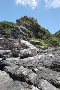 南国沖縄の切り立った断崖の岩場の写真素材 [FYI02980624]