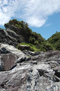 南国沖縄の切り立った断崖の岩場の写真素材 [FYI02980629]