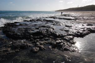岩場の海岸にサーファーがスタンバイしているの写真素材 [FYI02980640]