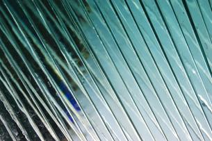 波打つ模様のガラスアートの写真素材 [FYI02980652]