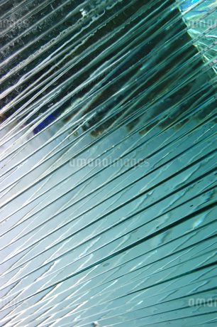 波打つ模様のガラスアートの写真素材 [FYI02980653]