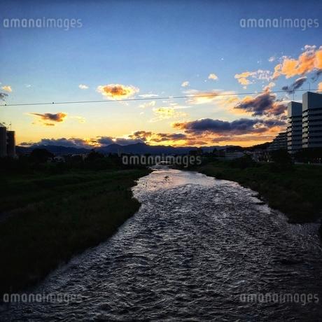 夕暮れのあさ川 日没前の空と奥多摩の山並み 八王子市大和田橋よりの写真素材 [FYI02980882]