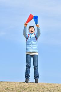 青空で応援する女の子(冬)の写真素材 [FYI02980899]