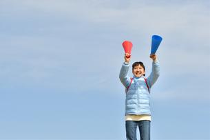 青空で応援する女の子(冬)の写真素材 [FYI02980901]