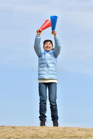 青空で応援する女の子(冬)の写真素材 [FYI02980914]