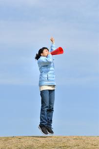 青空で応援する女の子(冬)の写真素材 [FYI02980928]