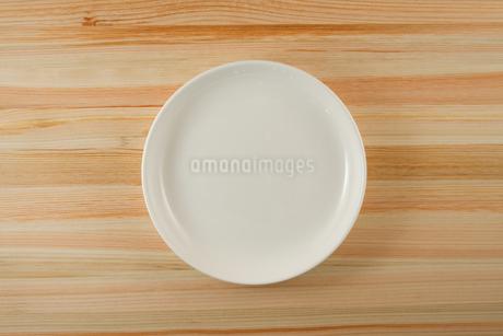 テーブルに置かれた白い皿のイメージの写真素材 [FYI02980960]